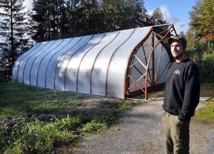 Magnus Gunnarsson framför prototypen för sitt växthus.Foto: Ingvar Ericsson