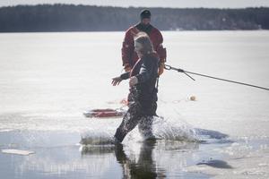 Under onsdagen tränade flera niondeklassarare från Läroverket på livräddning ur isvak i Hudiksvall.