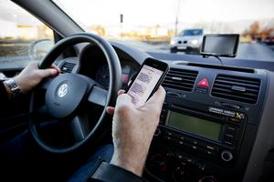 Få åtal har väckts när det gäller användandet av mobiltelefoner i trafiken.