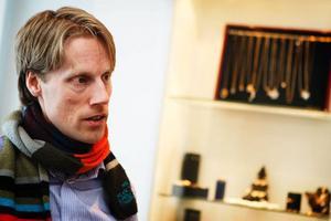 Magnus Norberg är utbildad ekonom och ingenjör och har arbetat både som konsult och projektledare, främst inom finansbranschen. Han bodde under många år i Stockholm, men för några år sedan bestämde han sig för att flytta hem till länet igen och starta en guldsmedsbutik.