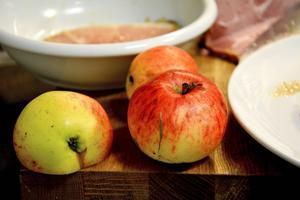 Äpplen är gott att steka till maten.