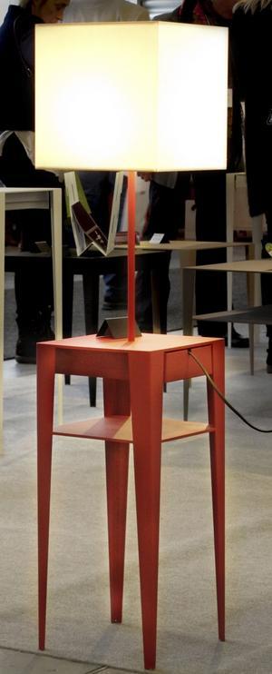 Ljus idé. Sideboard i metall med fast lampa och diskret låda från L'Atelier Français du Design.
