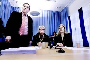 Björn Brink (C), Ann-Margret Knapp (S) och Maria Aspers (MP) tror att höjd skatt är rätt väg att gå för att få landstingets ekonomi att gå ihop.Foto: Catharina Sandström
