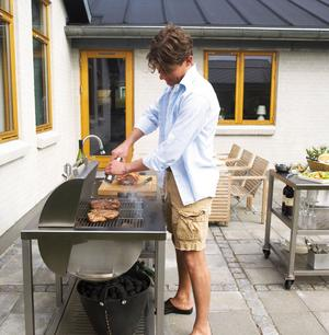 Gasolgrill, kolgrill eller stekplatta? Vattenkran och vask? Utbudet av utomhuskök är stort. Du kan välja och vraka bland mängder av modeller i varierande prisklass.
