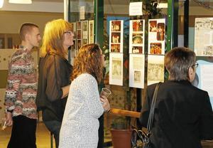 Utställning. Kristian Lindgren , Ann-Britt Lundin, Sofia Mejstedt och Ewa Wikström och tittade noga på utställningen om skolans historia. Foto: Ellinora Berg