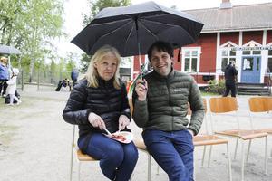 Birgitta Friberg och Ales Jerman gillar båda att dansa, men den här dagen är de publik.