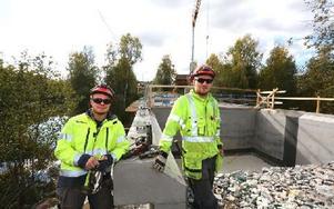 """Kristoffer """"Krille"""" Eriksson och Johan Bergman kommer båda från Hälsingland och har bara arbetat tre dagar med bron. Foto: Johnny Fredborg"""