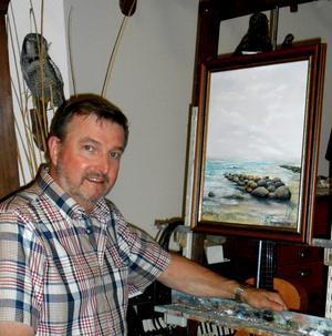 Ehrling Eliasson är en naturmålare i Bruno Liljefors stil. I sin ateljé på gården i Håll växer oljemålningar fram med motiv från hav, skogar och myrar.