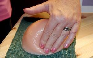 """Helene Sörhäll visar på ett silikonbröst hur kvinnor själva ska undersöka sina bröst. """"Börja i ytterkant och gör roterande rörelser med två, tre fingrar"""". Foto: Eva Langefalk/DT"""