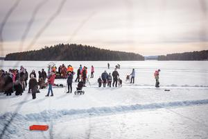 I bakgrunden syns räddningstjänsten som under lördagen hade uppvisning på Runn.