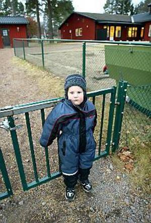 Foto: LASSE WIGERT\nRymmare. Tvåårige Daniel Svedin tyckte det blev för stökigt på Tallbackens förskola och bestämde sig för att gå hem. Ingen i personalen märkte något. Avdelningen har 20 barn och fyra anställda.