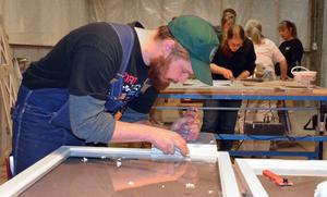 Victor Proos från Enviken håller på att renovera ett gammalt hus i Vika. Här testar han att skrapa gammalt kitt på ett av Gunnarssons träningsfönster - ett fönster från 1950-talet med hög kvalitet som visar lika fina värden som nya energifönster om de vårdas rätt.