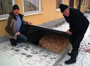 Ett 40 kubikmeter stort flislager fylls på från gatan utanför det tisigare så kallade Swedbankshuset i Gällö.