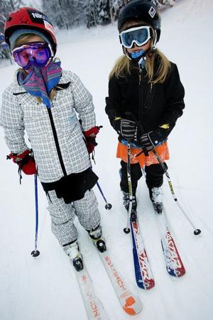 Åkning och fika i lagom mängd. Elsa Burvall och Matilda Svedberg vet vad som krävs för en perfekt dag i slalombacken.