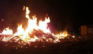 Misstänkt anlagd brand i rivningsmaterial på Tallvägen i Söderhamn.