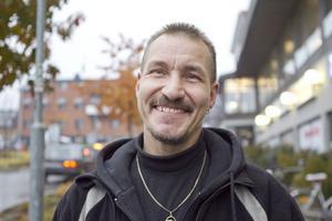 Ulf Slaaen, 46 år, Forsa: – Ja det händer jämt. Vid långkörningar åker det på, men annars slarvar jag med det.