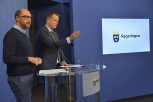 Sverige inför tillfälliga inre gränskontroller i morgon, bekräftar inrikesminister Anders Ygeman (H) och Migrationsverkets Mikael Hvinlund vid en presskonferens i Rosenbad på onsdagskvällen.