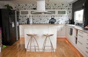 Stort. Den enorma bänkytan uppskattas, likaså köksön där vuxna gärna samlas när det är fest i huset.