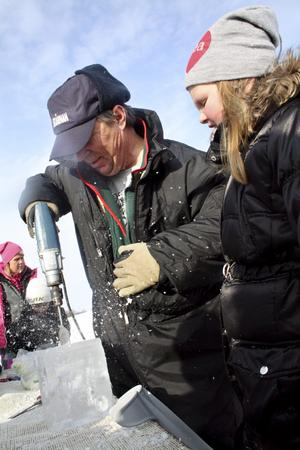 Sista handen. När ristningen var klar hjälpte Benny Sörensen Hilda Roman att borra ett hål lagom stort för ett värmeljus. Bild: JAN WIJK