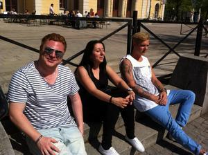 Daniel Jansson, Lena Sihak och Tor Sandvold passade på att gå ut i solen under lunchen.