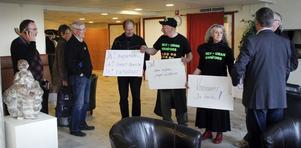 Nej till uran i Nianfors visade sin ståndpunkt i frågan före vindkraftsdebatten.