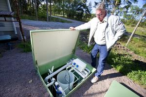 Finess. Johnny Börjesson visar områdets egna vatten- och avloppssystem. I ett kretslopp tas vatten från brunnar, renas, används i hushållen, spolas ut och renas till badvattenkvalitet innan det droppar ut i en bäck och vidare till sjön Freden. Allt anlagt i samarbete med Mälarenergi.