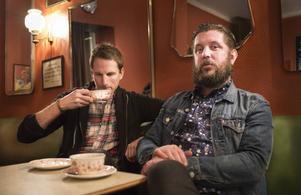 Nöjesredaktörerna Peter Carlsson och Jerker Ullerstam låter kända nöjesprofiler tala till punkt över en fika.