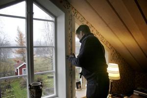 Björn Rygg undersöker taket och väggen för att se om det finns spår av möss.