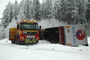 tungt lyft. Arbetet med att få upp lastbilen ur diket tog tid. Bärgarna fick ta hjälp av kolleger från Borlänge.