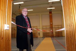 Kommunalrådet Per-Anders Westhed (C) inviger den nyrenoverade gymnastikhallen i Vansbro.