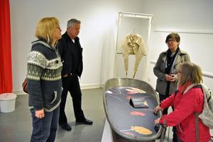 Karin Hästö, Lennart Berglund, Maria Lennestig och Gerd Wichmann tittar på några av sakerna som ingår i utställningen