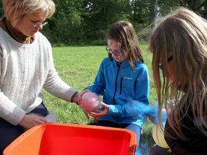 Margit Kristoffersson hjälper Eva Douglas och Erin Noble att göra skålar av ull med hjälp av en ballong och en nylonstrumpa.