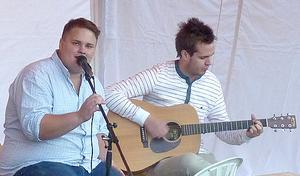 Andreas Kroon-Byström sjöng till gitarrackompanjemang av Anton Britz.
