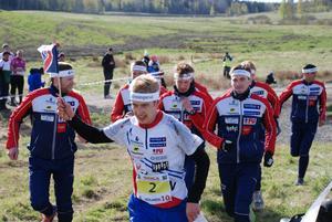 Segrande Halden mot mål i Tiomila med Olav Lundanes i centrum.
