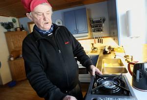 Max-Olov Långström visar familjens gasolkök.