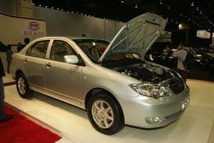 EN KINES. Kinesiska biltillverkaren BYD (Build Your own Dreams) har en produktionsklar plugin-bil. F3DM är en hybridbil med elmotor och batterier som kan laddas             i vägguttaget och en liten bensinmotor som tar över när strömmen tar slut. På en laddning som tar nio timmar får bilen en räckvidd på tio mil. När strömmen sinar tar en en liter stor bensinmotor över. Bilen är billig och enkel, den ska kosta 180 000 kronor i Kina.Men kinesiska biltillverkare har inte gjort sig kända för sin säkerhet så huruvida bilen tar sig till Europa eller inte är osäkert