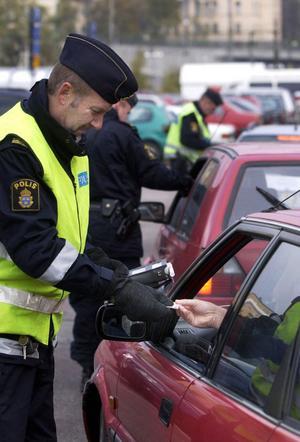 Polisen kan endast omhänderta körkort. Det är Transportstyrelsen som drar in tillståndet.