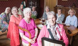 Klassträff på Vallby. Lisbeth Öhrling, Annemarie Hindsefelt (Anderlind), Birgitta Svensson (Ericsson), Elsa Lagevik (Lindström), Barbro Andersson (Johanson), Marianne Lindkvist (Lefvert), Yvonne Rydén, Ulla Lövgren (Lindström), Anna-Karin Lundvall.