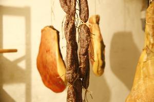 I källaren hänger delar av det serveras under tolvrättersmenyn.