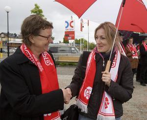 Ordförande i arbetarekommunen, Lena Lindberg, hälsar på Lilia Tulea från Moldavien som gästade hundraårsdagen. Hon deltar i ett projekt genom Olof Palme center och är ett toppnamn i Demokratiska partiet.