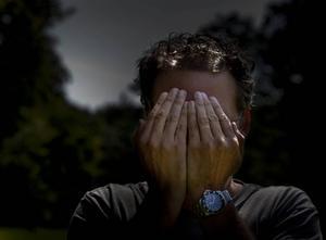 Sverige går mot jul. För de flesta innebär det ledighet och vila. För många innebär det tyvärr istället ökad utsatthet och våld. Samtalen till kvinnofridslinjen ökar lavinartat, fler kvinnor och barn söker skydd. Situationen ser likadan ut varje år. Media rapporterar om det stora antalet kvinnor och barn som får fira julen undangömda från våldet i nära relationer, skriver debattörerna.
