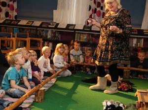 Barnen levde sig in i förställningen om Tjopp och hennes vänner.
