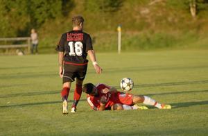 Falu FK åkte på en ny tung smäll, som här får symboliseras av Sherko Ahmadi. Faluspelaren ligger och vrider sig i smärtor och svidande var också 1–2 mot Valbo.