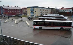 Bussterminalen i Mora centrum kommer att byggas om till parkeringsplatser när Mora resecentrum blir klart och busstrafiken i centrum lotsas via en större busshållplats vid Fridhemsplan. Foto: Hans Olander/DT