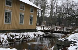 Gula huset. Gamla skogvaktarbostaden ingick också i enkronas-köpet, omgiven av strömmar och broar.