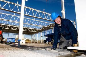 Jakob Lohrdén vid en av de sammanlagt 150 betongfyllda stålpelare som ska resas..