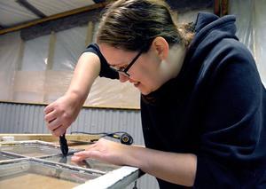 Elin Vainionpää Lindgren från Avesta har tagit med sig ett fönster som hon ska renovera till sin dotters sovrum.