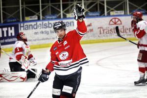 Magnus Nilsson signalerar för sitt 1–0-mål.