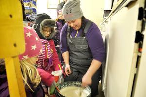 Frida Norman, Sofia Amrén och Ida Jonsson förbereder smeten till kolbullarna.