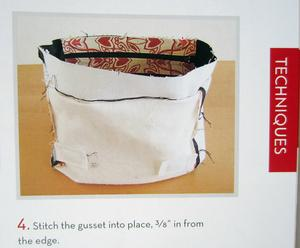 Blixtlåset i väskans öppning sys fast mellan fodret och infodringen.